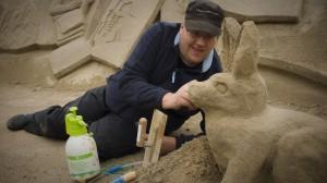 Kimmo Frosti opettaa veistämään hiekasta pupujussin
